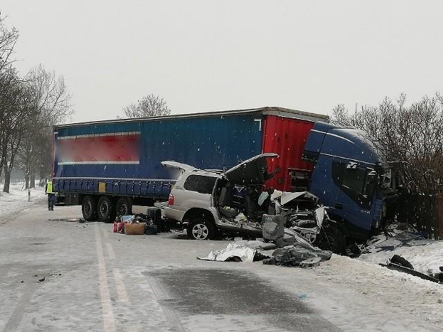 W Iłży doszło do zderzenia ciężarowego iveco i toyoty land cruiser. Zginęli kierowca i pasażerka toyoty.