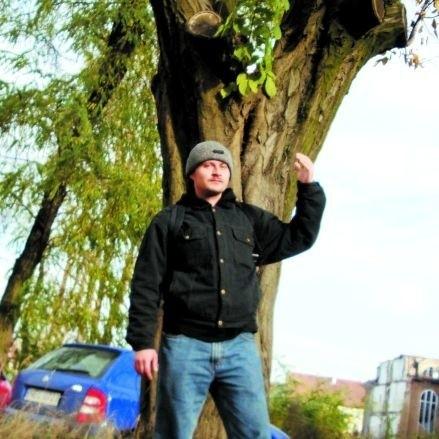 - Trzeba posadzić młode drzewa, bo stare mogą paść po wiosennych wichurach - mówi ełczanin Marcin Stankiewicz