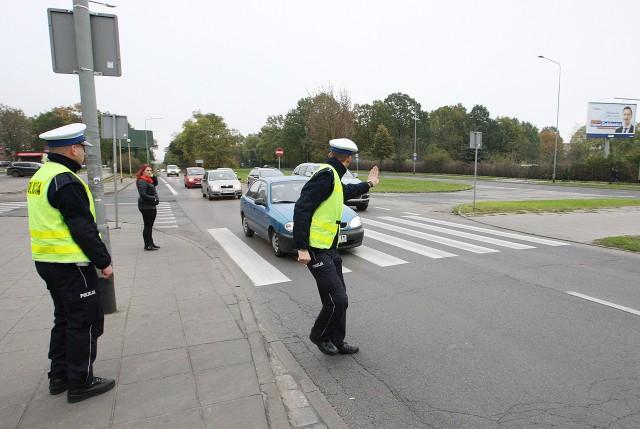 Kierowca na lewym pasie zatrzymał się, żeby przepuścić pieszych. Kierowca na prawym pasie, uparcie jechał dalej.