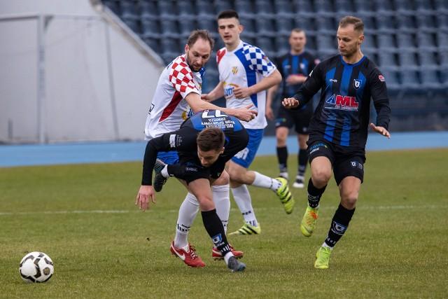 W hicie IV ligi prowadzący w rozgrywkach Zawisza Bydgoszcz bezbramkowo zremisował z drugą Włocłavią. W końcówce pierwszej połowy Kamil Żylski z Zawiszy nie wykorzystał rzutu karnego, a potem w drugiej połowie wyleciał z boiska za dwie żółte kartki. W drugiej połowie lepiej prezentowali się włocławianie. Jednak nie potrafili sforsować dobrze zorganizowanych w defensywie bydgoszczan. Goście mieli pretensje do arbitra, że nie podyktował dla nich przynajmniej jednego karnego. Dodajmy, że w okolicach stadionu pojawili się kibice Zawiszy i Włocłavii, którzy są w zgodzie ze sobą i dopingowali oba zespoły. To wszystko można zobaczyć na naszych zdjęciach.Aby przeglądać galerię proszę przesuwać palcem po ekranie smartfona lub strzałką w komputerze>>>