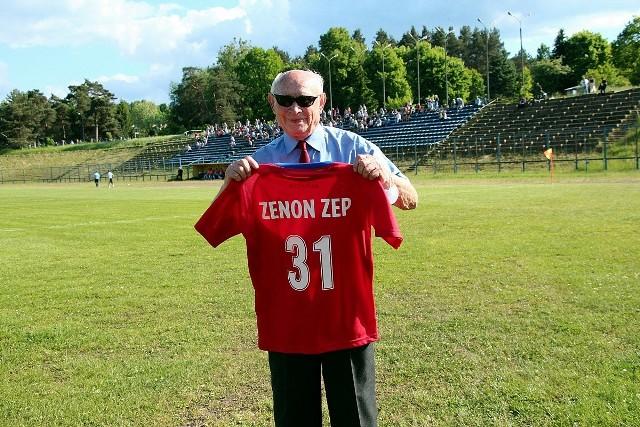W kolejnych, już 51., derbach piłkarskich Granat Skarżysko-Kamienna – Orlicz Suchedniów padł bezbramkowy remis. Na boisku nie było zbyt ciekawie, ale poza nim już tak. Na trybunach zasiadło sporo widzów.Zapraszamy do obejrzenia zdjęć, w tym sporej ilości z podziękowania za pracę na rzecz klubu Zenonowi Zepowi, który pomimo 90 lat na karku nadal jest w klubie na dobre i na złe. Otrzymał koszulkę z numerem 3, bo rocznik jego urodzenia to 1931. W tym roku kończy więc 90 lat.Zobacz galerię zdjęć z boiska z derbów Granat Skarżysko - Orlicz Suchedniów