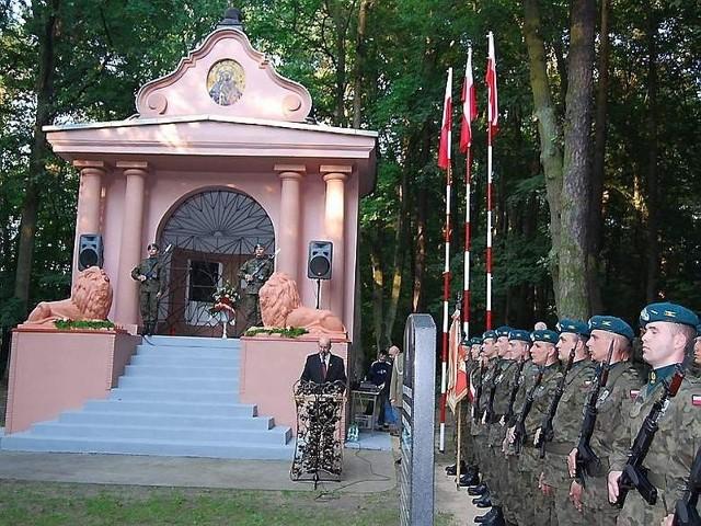 Uczestnicy uroczystości po mszy św. przemaszerowali na cmentarz wojskowy w Lasku Miejskim.