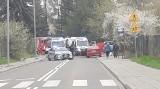 Rozpędzone BMW wypadło z zakrętu na chodnik i wjechało w ojca i syna. Chłopiec zginął, jego ojciec jest ranny