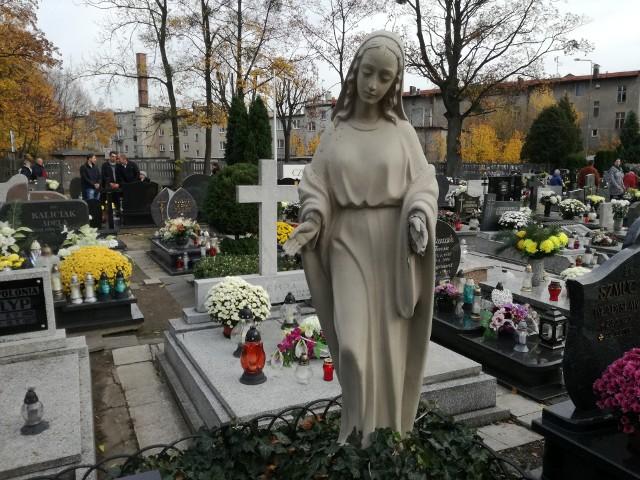 Na cmentarzu komunalnym w Oleśnie, a także na cmentarzach parafialnych w Bodzanowicach i w Wędryni, gdzie byliśmy z aparatem, mieszkańcy odwiedzają groby bliskich. Wielu z nich przyjechało specjalnie z zagranicy, gdzie mieszkają, żeby powspominać swoich bliskich zmarłych. Znicze zapalone są także przy pomnikach ofiar wojen.
