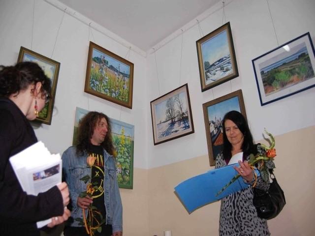 """Maryla Rakowska-Molenda (z prawej) witana przez twórców galerii """"Korytarzyk"""": Natalię i Macieja Jelińskich. W tle jej prace"""