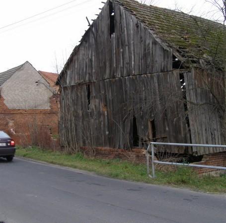Jeśli stare zabudowania w Starym Strączu runą, to zatarasują przejazd na trasie ze Sławy do Wschowy.