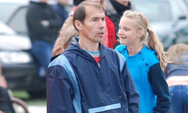 Grający trener UKS Iwaniska - Grzegorz Starba.