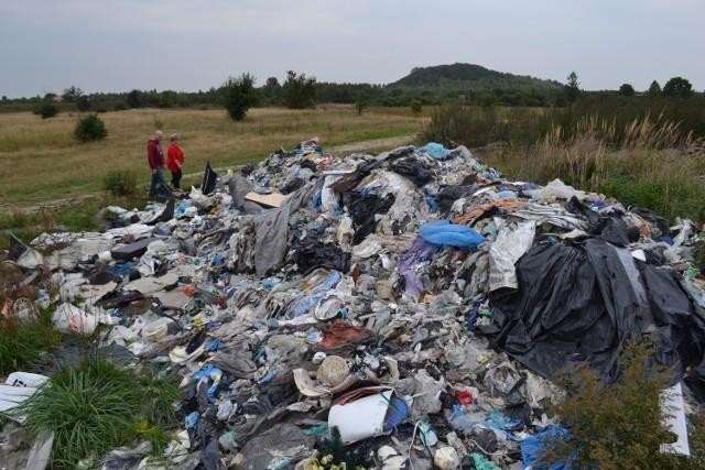 Ponieważ policja umorzyła sprawę, gmina zażądała usunięcia odpadów