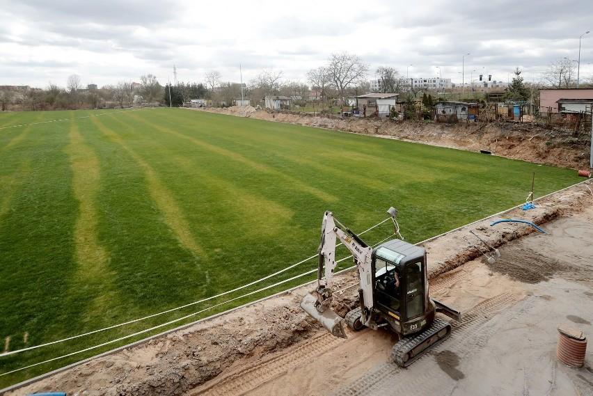 Nowy i stary stadion przy Bandurskiego - stan 10 kwietnia