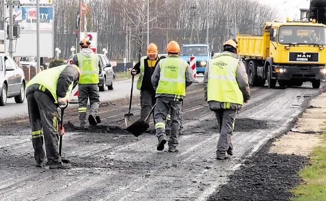 Tak wyglądały we wtorek prace na ul. Szczecińskiej - wykonawca musi tu, podobnie, jak na ul. Gnieźnieńskiej, przygotować specjalną podbudowę. Stąd dodatkowe prace - frezowanie itd.