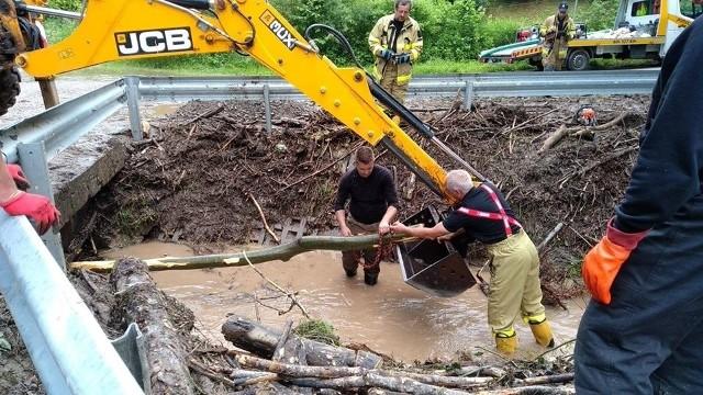 Strażacy przez wiele godzin wiele godzin udrażniali rowy melioracyjne i potoki, wypompowywali wodę z zalanych domów i posesji, napełniali worki z piaskiem do zabezpieczenia budynków