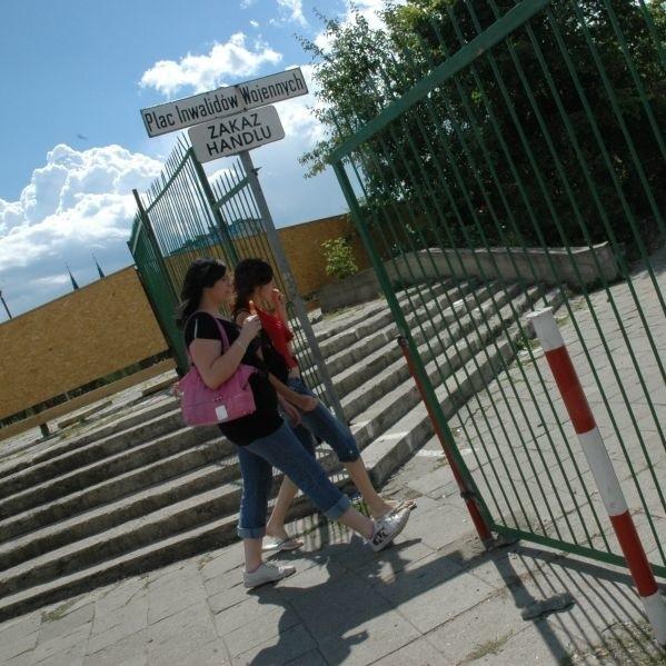 W płocie, który postawiono od strony ul. Jurowieckiej, wyznaczono już miejsce na furtkę