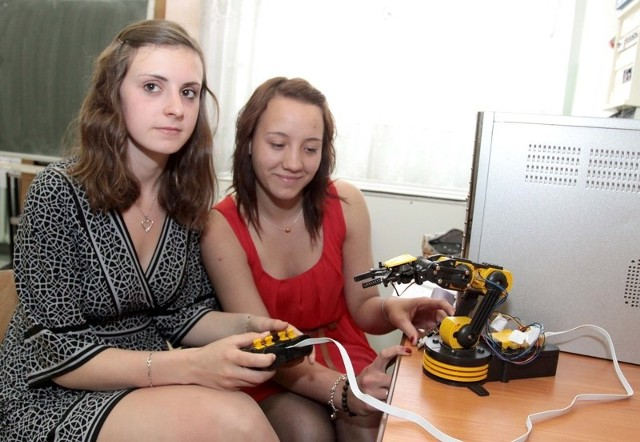 Podczas zajęć w radomskim Zespole Szkół Technicznych dwuosobowe zespoły polsko- francuskie pracują razem. Nad modelem robota pracuje Klaudia Świątkowska (z prawej) i jej francuska koleżanka Elodie Roudaut.