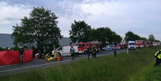 - Jedna osoba zginęła na miejscu, a pięć zostało poszkodowanych. Na miejscu lądował śmigłowiec LPR - informuje dyżurny wielkopolskich strażaków.