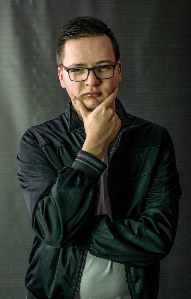 Tomasz Milewski i Adam Roszczak zdunowianie, którzy postanowili w roku 2016 zorganizować dwa duże eventy charytatywne dla Amelki Pastalskiej z Krotoszyna, która urodziła się z rozszczepem kręgosłupa w odcinku piersiowo- lędźwiowym, wodogłowiem i stopami końsko- szpotawymi. Dzięki organizacji imprez w krotoszyńskim klubie Browar oraz Zduny Summer Festival udało się zebrać potrzebne pieniądze na innowacyjne leczenie Amelki komórkami macierzystymi. Był to również sygnał dla innych organizacji i instytucji, które zaczęły się aktywnie włączać w kolejne inicjatywy. Dzięki temu Amelka jest już po drugim podaniu komórek (czekają ją jeszcze trzy takie zabiegi). Wszystko oczywiście przynosi oczekiwane rezultaty. Dzięki zabiegom obudzono małe nóżki i Amelka może dziś chodzić.sms o treści CZR.9