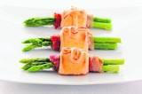 Przepis na szparagi w cieście francuskim z sosem tatarskim