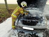 Pożar samochodu na drodze między Białkowem a Cybinką. Interweniowała Ochotnicza Straż Pożarna z Cybinki i Białkowa