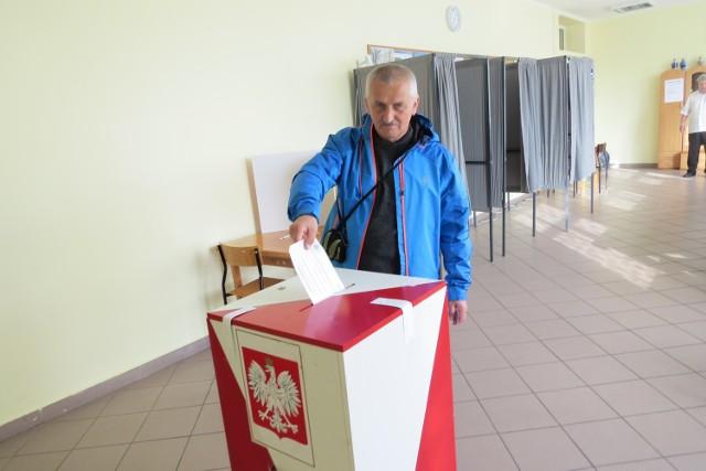 Jednym z pierwszych głosujących w lokalu OKW nr 6 byl Leszek Kossak spod Jeleniej Góry, kuracjusz w Ciechocinku.