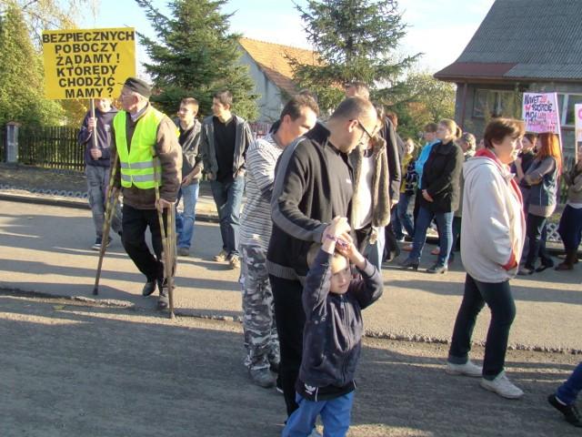 To nie pierwsza blokada tej drogi krajowej nr 44. Wcześniej z powodu braku chodników, poboczy i dużego ruchu tirów protestowali mieszkańcy gmin Brzeźnica i Spytkowice. Na zdj. protest w Kossowej w październiku 2012 roku.