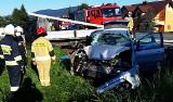 DK 28. Po zderzeniu w Kasinie Wielkiej dwa auta wypadły z drogi. Kierowca mercedesa w szpitalu