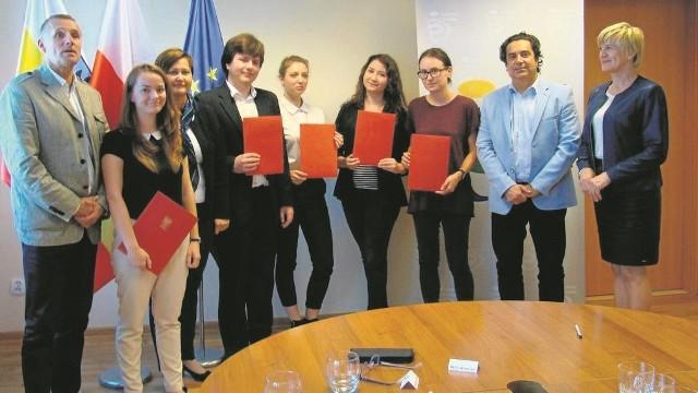 Pięcioro studentów medycyny (z teczkami) podpisało wczoraj umowy stypendialne w starostwie