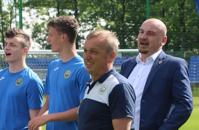 20 maja 2020 roku, radość po awansie Hutnika do II ligi. Na pierwszym planie trener Leszek Janiczak, za nim prezes Artur Trębacz