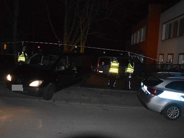 Do śmiertelnego wypadku doszło w poniedziałek około godziny 20 na ulicy Projektantów w Koszalinie. Kierowca ranult trafic z niewyjaśnionych jeszcze przyczyn stracił panowanie nad autem na wąskiej uliczce, uderzył w drzewo, płot i budynek. Policjanci potwierdzają zgon mężczyzny. Ustalają dokładny przebieg i przyczynę zdarzenia.