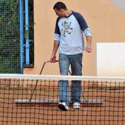 Kamil Gnioch na co dzień dba o obiekty ośrodka sportu, także o korty tenisowe. - Nie mam nic przeciwko, żeby zajmować się lodowiskiem - mówi.