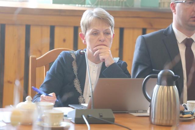 Burmistrz Jolanta Fierek mówi, że dyrektorka MGOPS musiała powiadomić wojewódzkiego inspektora nadzoru budowlanego.
