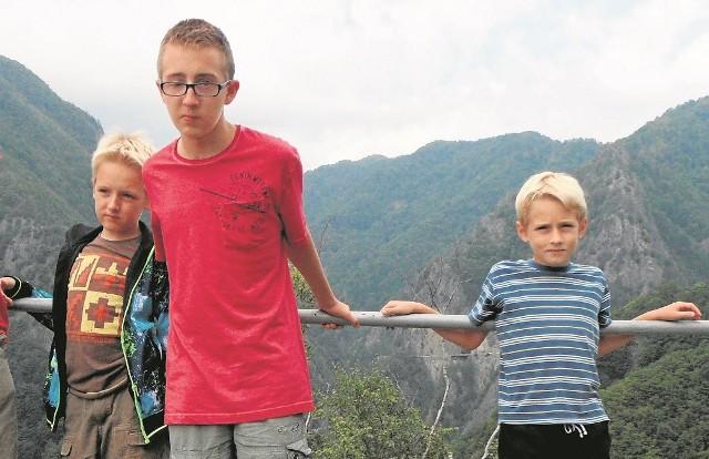 Michał  (w środku) przeżył wypadek, ale do końca życia będzie wymagał opieki i rehabilitacji. Obok stoją jego bracia
