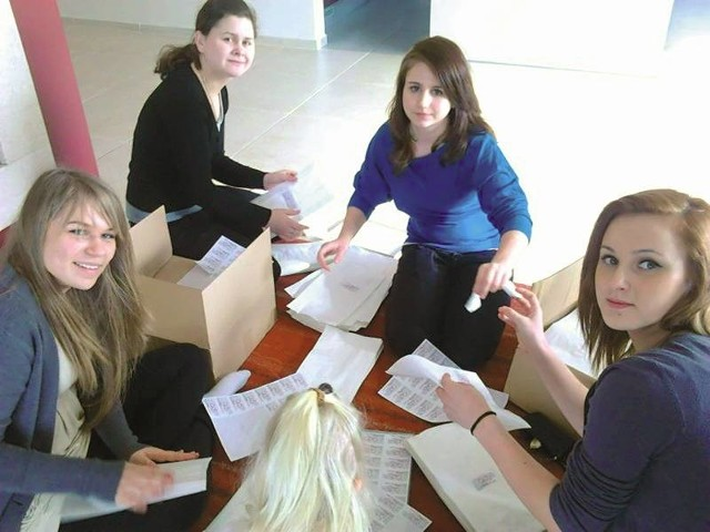 Przygotowanie tysięcy ulotek i naklejek to nie lada wyzwanie. Od lewej: Angelika Otlewska, Marta Piłat, Anna Kucks i Paulina Baziuk