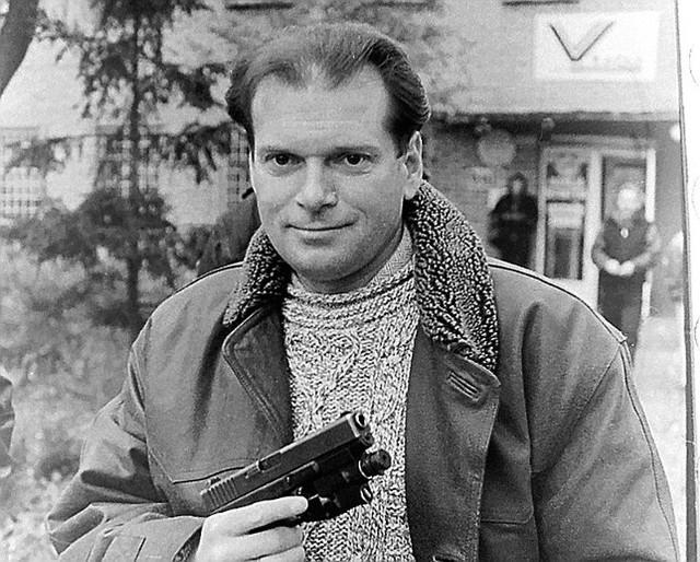 Rok 1988, Monachium - po akcji przejęcia  skradzionego mercedesa.Detektyw, biznesmen, były poseł na Sejm, a wcześniej łowca złodziei samochodowych, Krzysztof Rutkowski od lat budzi  kontrowersje, bo jest jedynym polskim milicjantem, który zrobił tak zawrotną karierę. Mundur milicjanta zamienił po 6 latach pracy w komendzie na Mokotowie w Warszawie na długi płaszcz, sportową kurtkę, koszulę z kolorowym haftem i muszkę. Czytaj i zobacz zdjęcia na kolejnych slajdach