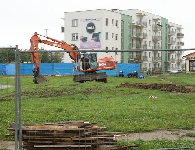 Teren, na którym powstanie market Stokrotka, jest już ogrodzony. Mieszkańcy woleliby w tym miejscu park z zielenią.