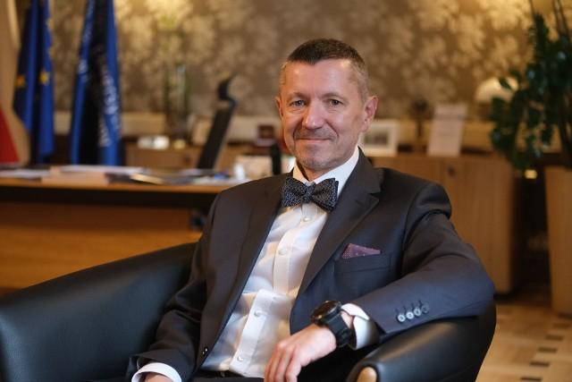Robert Tomanek jest doktorem habilitowanym nauk ekonomicznych, ma tytuł profesora Uniwersytetu Ekonomicznego w Katowicach, którego był rektorem w latach 2016-2020.