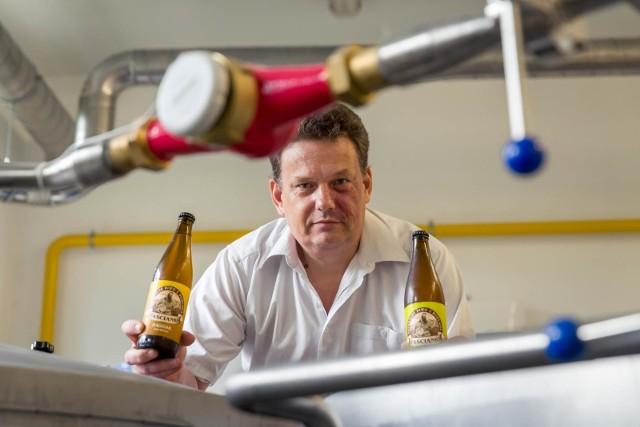 Odwagi do związania się z taką branżą dodały mi opinie znajomych o moich piwach. I teraz robię coś, co bardzo lubię: warzenie sprawia mi ogromną przyjemność, a w dodatku pójście i wypicie piwa z bezpośrednio tanka, to jest bardzo świetna sprawa - mówi Krzysztof Owsianiuk, główny piwowar Browaru Zaścianki z miejscowości Zaścianki pod Białymstokiem.