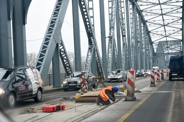 Ruch wahadłowy na remontowanym toruńskim moście drogowym, który miał obowiązywać w nocy ze środy na czwartek, zostanie wprowadzony już środę o godz. 19.