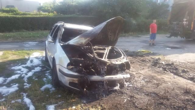 W nocnym pożarze spłonął volkswagen golf, zaparkowany przy ulicy Ogrodowej 22