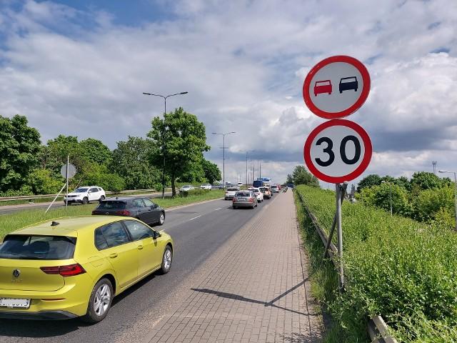Ten znak przed wjazdem na Wiadukty Warszawskie w Bydgoszczy nakazuje e-hulajnogiście (jeśli tylko tam się pojawi) jazdę pośród samochodów. Z chodnika korzystać nie może