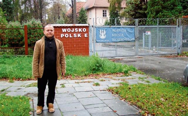 Dla Dariusza Zygmunta, mieszkańca ul. Pileckiego w Oświęcimiu, jest niezrozumiałe, że w ciągu ponad trzech lat nie udało się jeszcze zagospodarować koszar po byłej jednostce wojskowej