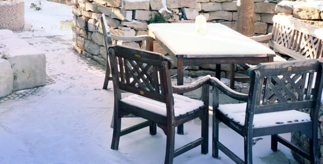 Zima w ogrodzieBez względu na parametry techniczne kostki brukowej powinniśmy o nią właściwie zadbać. Przed zimą i w jej trakcie możemy korzystać ze środków ochronnych, takich jak: impregnaty, chlorek magnezu. Dzięki temu przedłużymy życie nawierzchni i zaoszczędzimy sporych kosztów związanych z wymianą uszkodzonej kostki brukowej.