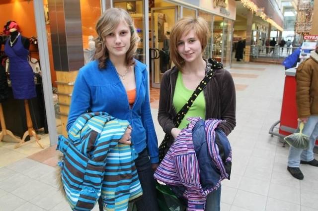 Panie Anna i Katarzyna wybrały się na poszukiwanie butów i skorzystały z poświątecznych przecen, kupując markowe kozaki o 300 złotych taniej.