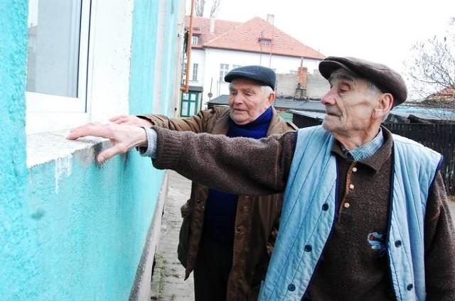 Edward Brzózka (z lewej) i Mieczysław Kaśków pokazują pył osiadający na parapecie budynku. - To wszystko unosi się z tego komina - mówią.