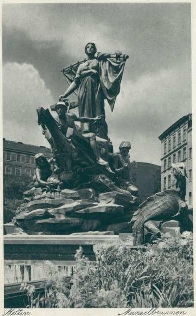 Pomnik Sediny stworzył Ludwig Manzel. Wykonany został z brązu. Odsłonięto go 23 września 1898 roku na dzisiejszym placu Tobruckim. Pomnik składał się z kilku elementów. Najważniejsza postać kobiety - Sediny. Ona symbolizowała Szczecin. Posadowiona została przez artystę na galeonie, który otaczały rzeźby mitologicznych bóstw.