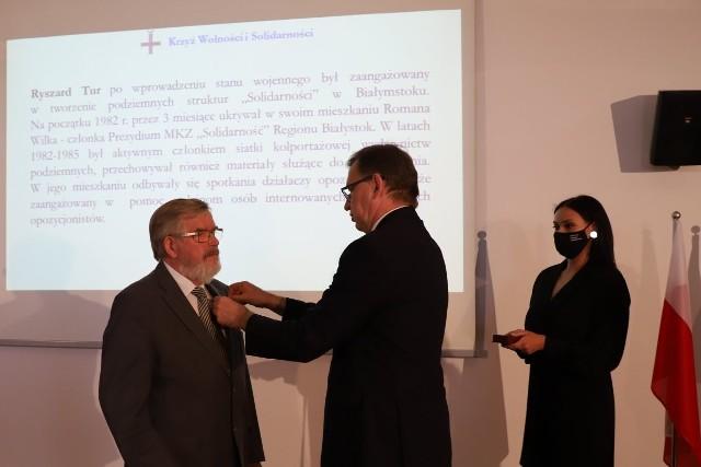 W siedzibie Oddziału Instytutu Pamięci Narodowej w Białymstoku w imieniu Prezydenta RP odznaczenia Krzyż Wolności i Solidarności działaczom opozycji demokratycznej wręczył Prezes IPN dr Jarosław Szarek.