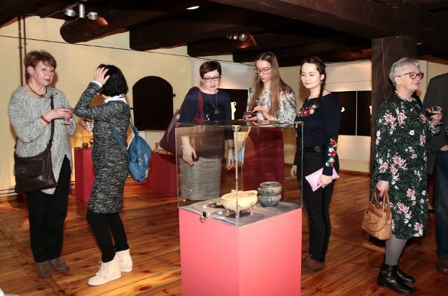 Na wystawie zaprezentowane są unikatowe wyroby kultury łużyckiej (okres od 1400 p.n.e. do 400 p.n.e.) z kolekcji Muzeum Archeologicznego w Poznaniu. Na ekspozycji zaprezentowano ponad 80 obiektów wyobrażających różnorodne formy zwierząt, ptaków, przedmiotów codziennego użytku. Kuratorem wystawy jest Tomasz Skorupka, kustosz Muzeum Archeologicznego w Poznaniu, który od wielu lat zajmuje się problematyką kultury łużyckiej na terenie Wielkopolski.