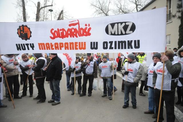 We wtorek związkowcy z huty pikietowali pod urzędem wojewódzkim w Opolu w akcie poparcia dla strajku generalnego na Śląsku. Jednym z postulatów opolskich demonstrantów było odstąpienie od zwolnień grupowych w opolskich firmach.