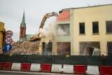 Kamienica przy rondzie Bernardyńskim w Bydgoszczy legła w gruzach pod naporem ciężkiego sprzętu [zdjęcia]