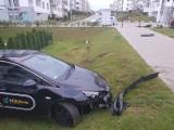 """Auto na minuty """"zaparkowało"""" w ogródku we wtorek, 9.07 w Gdańsku. Kierowca miał 0,7 promila alkoholu we krwi"""