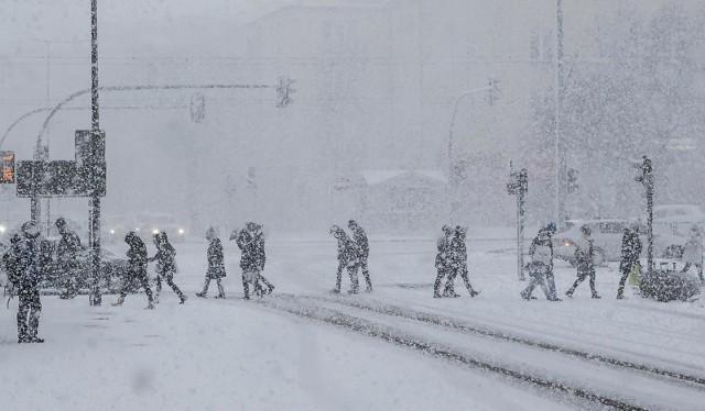 Instytut Meteorologii i Gospodarki Wodnej wydał ostrzeżenie drugiego stopnia przed intensywnymi opadami śniegu, a także opadami marznącymi które nawiedzą Małopolskę. Opady przewidywane są od niedzieli, 7 lutego, od godz. 6, do poniedziałkowego poranka, 8 lutego.