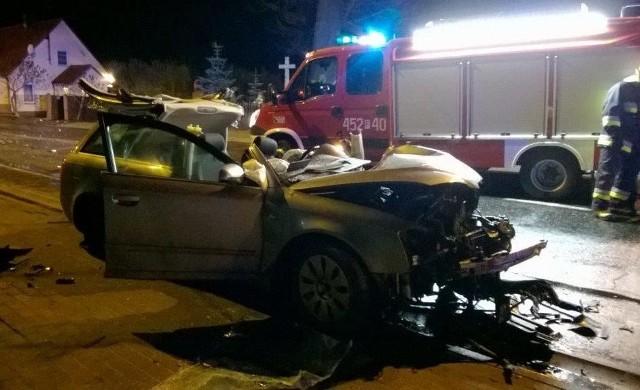 Rannego kierowcę ze zmiażdżonego auta musieli wyciągać strażacy.